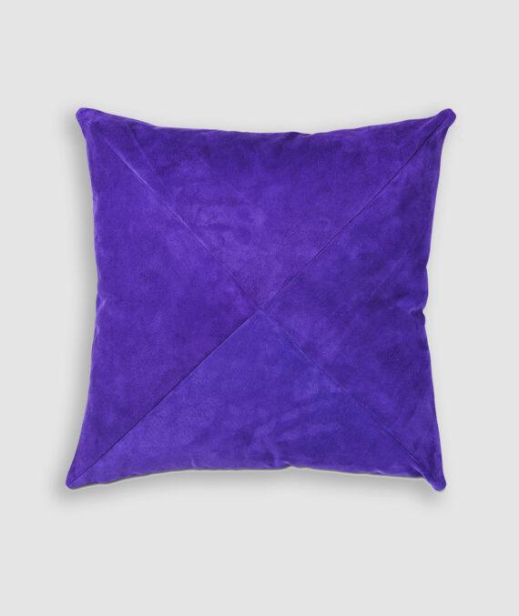 Almofada da Coleção De Tempos em Tempos lançada pela Codex Home. Confeccionada manualmente em camurça na cor ultraviolet. O preenchimento é feito em fibra siliconada. Possui zíper invisível.