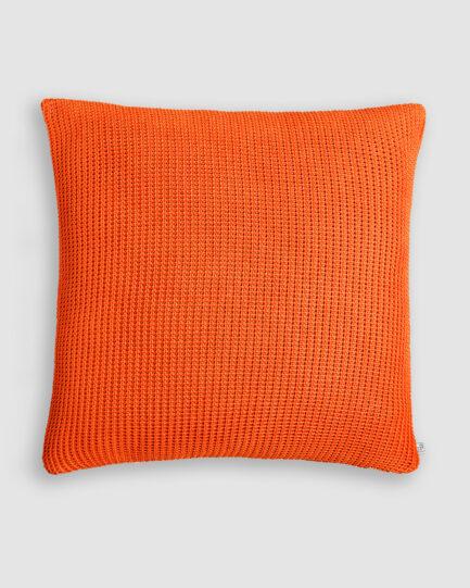 Almofada da Coleção Tr3s Pontos lançada pela Codex Home. Confeccionada em tricô no ponto pop na cor tamara. O preenchimento é feito em fibra siliconada. Possui zíper invisível.