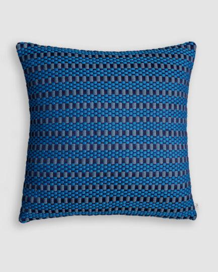 Almofada da Coleção Tr3s Pontos lançada pela Codex Home. Confeccionada em manualmente em tear de algodão com linho na cores naval e blue star. O preenchimento é feito em fibra siliconada. Possui zíper invisível.