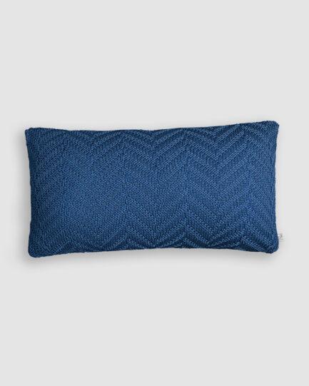 Almofada da Coleção Tr3s Pontos lançada pela Codex Home. Confeccionada em tricô no ponto arrow zig na cor blue star. O preenchimento é feito em fibra siliconada. Possui zíper invisível.