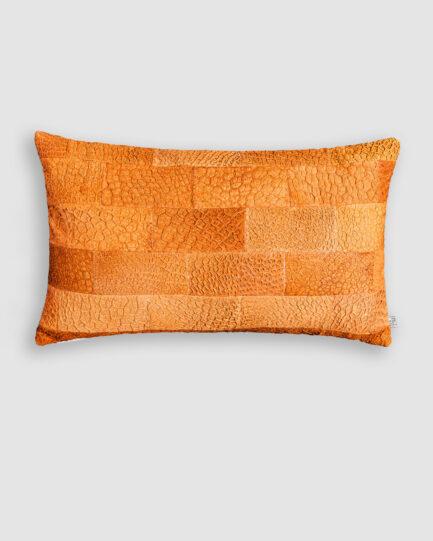 Almofada da Coleção Tr3s Pontos lançada pela Codex Home. Confeccionada manualmente em pele exótica de tilápia na cor telha. O preenchimento é feito em fibra siliconada. Possui zíper invisível.