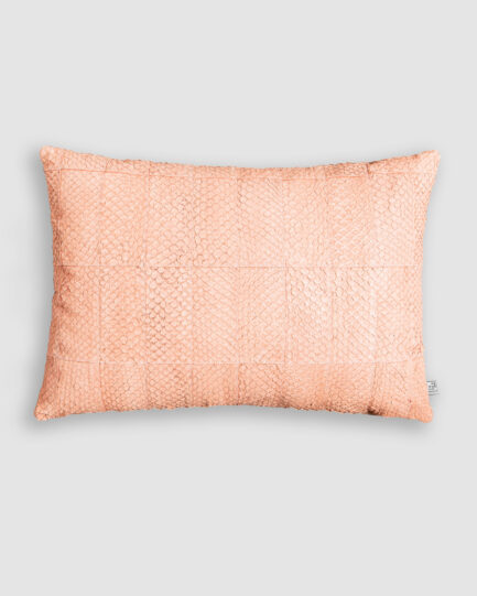 Almofada da Coleção Tr3s Pontos lançada pela Codex Home. Confeccionada manualmente em pele exótica de tilápia na cor jatiuca. O preenchimento é feito em fibra siliconada. Possui zíper invisível.