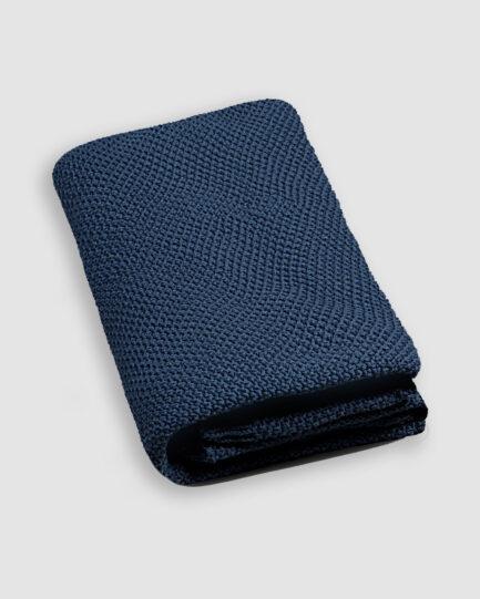 Manta da Coleção Tr3s Pontos lançada pela Codex Home. Confeccionada em ponto arroz na cor azulineo.