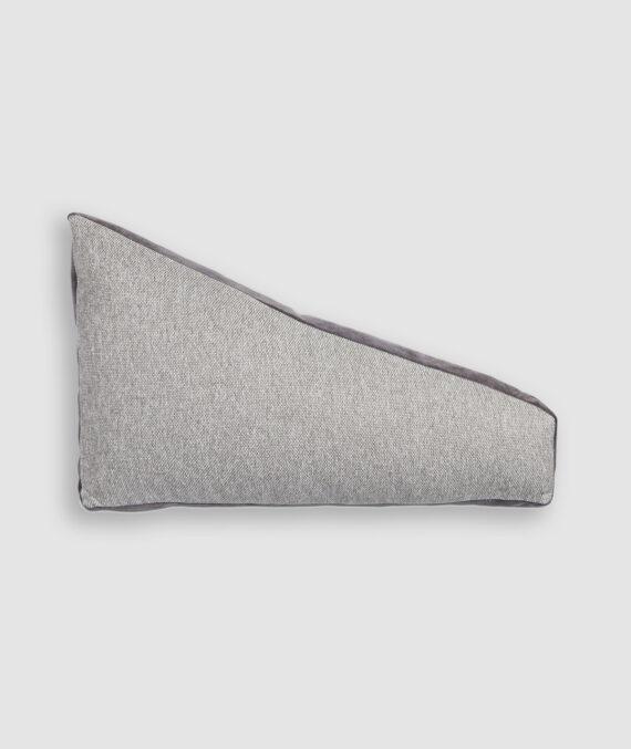 Almofada da Coleção De Tempos em Tempos lançada pela Codex Home. Confeccionada manualmente em linho e camurça na cor cinza claro e cinza escuro. O preenchimento é feito em fibra siliconada. Possui zíper invisível.