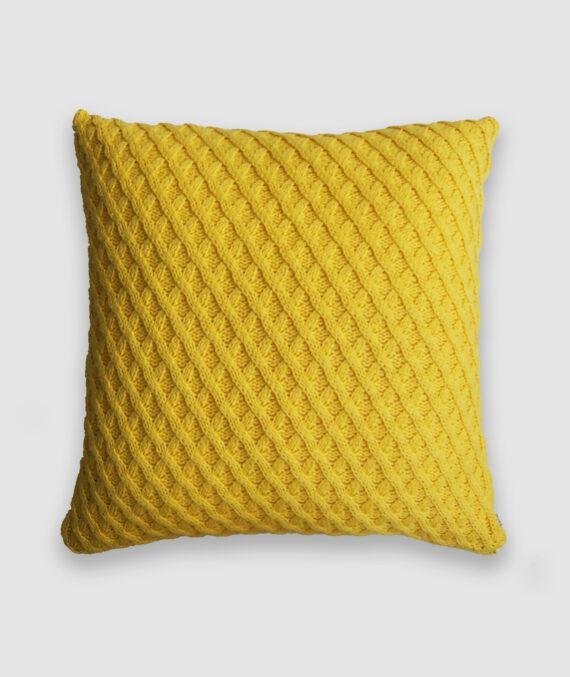 Confeccionada em tricô no ponto aran na cor amarelo plus. O preenchimento é feito em fibra siliconada. Possui zíper invisível.