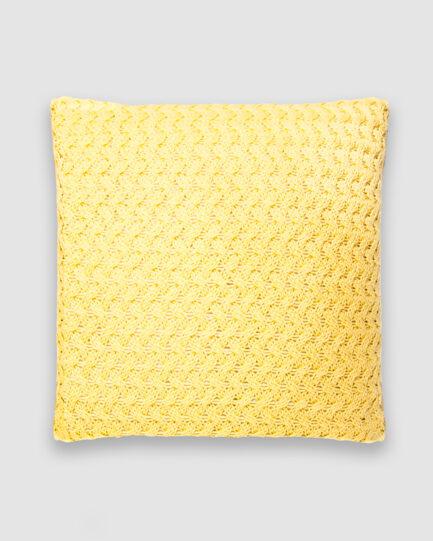 Confeccionada em tricô no ponto cestaria na cor amarelo plus. O preenchimento é feito em fibra siliconada. Possui zíper invisível.