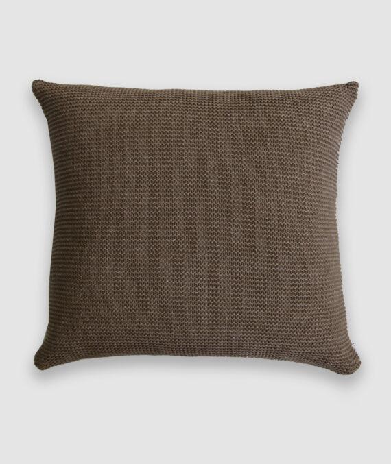 Confeccionada em tricô no ponto links na cor atol.. O preenchimento é feito em fibra siliconada. Possui zíper invisível.