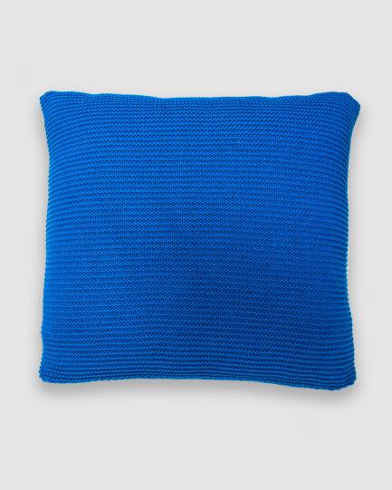 Confeccionada em tricô no ponto links na cor azul bic. O preenchimento é feito em fibra siliconada. Possui zíper invisível.