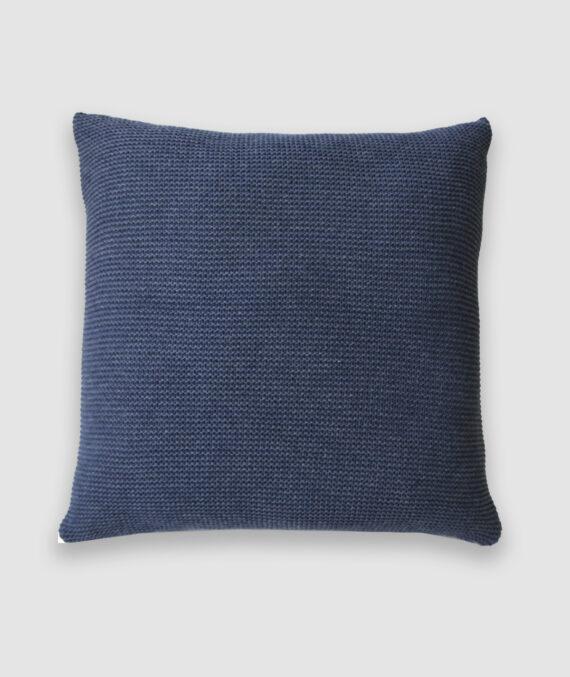 Confeccionada em tricô no ponto links na cor nautical. O preenchimento é feito em fibra siliconada. Possui zíper invisível.