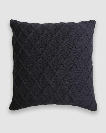 Confeccionada em tricô no ponto new chanel na cor preta. O preenchimento é feito em fibra siliconada. Possui zíper invisível.