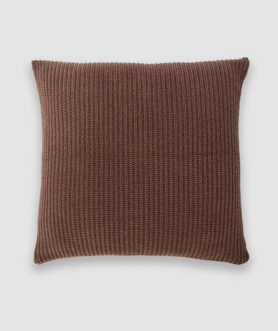 Confeccionada em tricô no ponto pérola na cor atol. O preenchimento é feito em fibra siliconada. Possui zíper invisível.