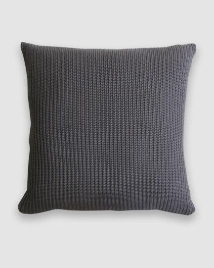 Confeccionada em tricô no ponto pérola na cor new grey. O preenchimento é feito em fibra siliconada. Possui zíper invisível.