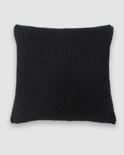 Confeccionada em tricô no ponto pérola na cor preta. O preenchimento é feito em fibra siliconada. Possui zíper invisível.