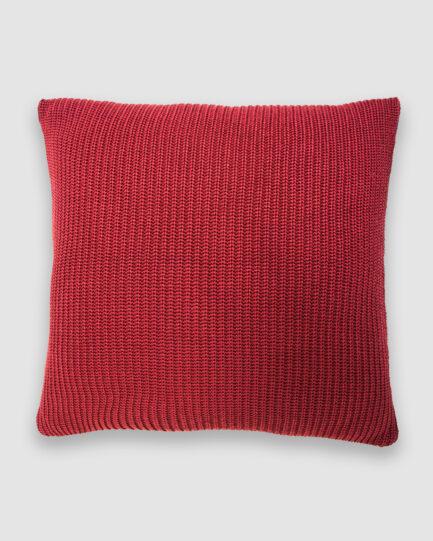 Confeccionada em tricô no ponto pérola na cor rost. O preenchimento é feito em fibra siliconada. Possui zíper invisível.
