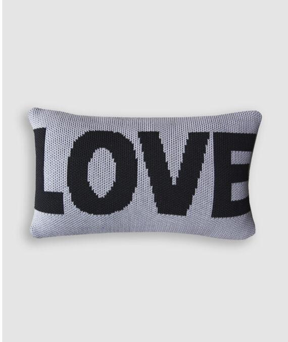 Almofada Love confeccionada em tricô na cor new grey e preto. O preenchimento é feito em fibra siliconada. Possui zíper invisível.