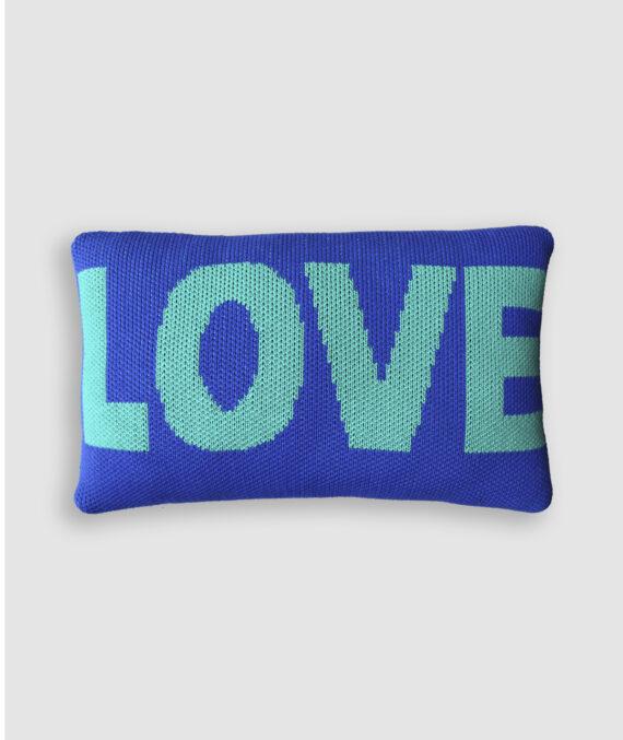 Almofada Love confeccionada em tricô na cor azul bic e alhambra. O preenchimento é feito em fibra siliconada. Possui zíper invisível.