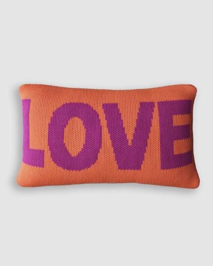 Almofada Love confeccionada em tricô na cor magenta e naranja. O preenchimento é feito em fibra siliconada. Possui zíper invisível.