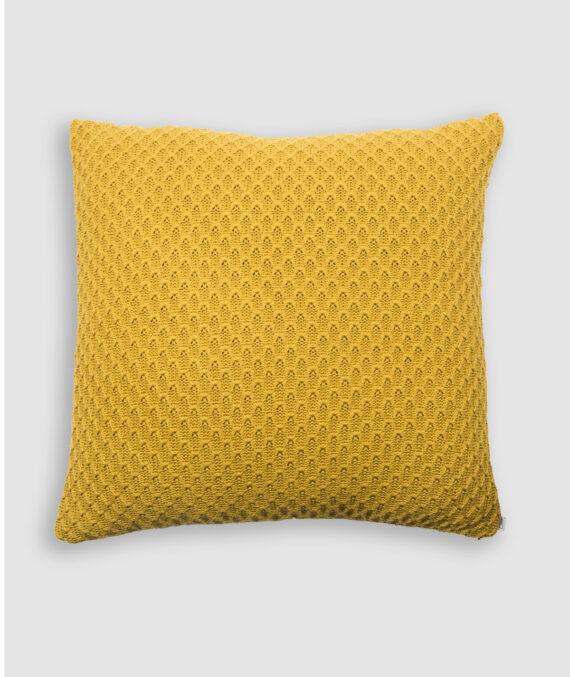 Confeccionada em tricô no ponto colmeia na flan. O preenchimento é feito em fibra siliconada. Possui zíper invisível.