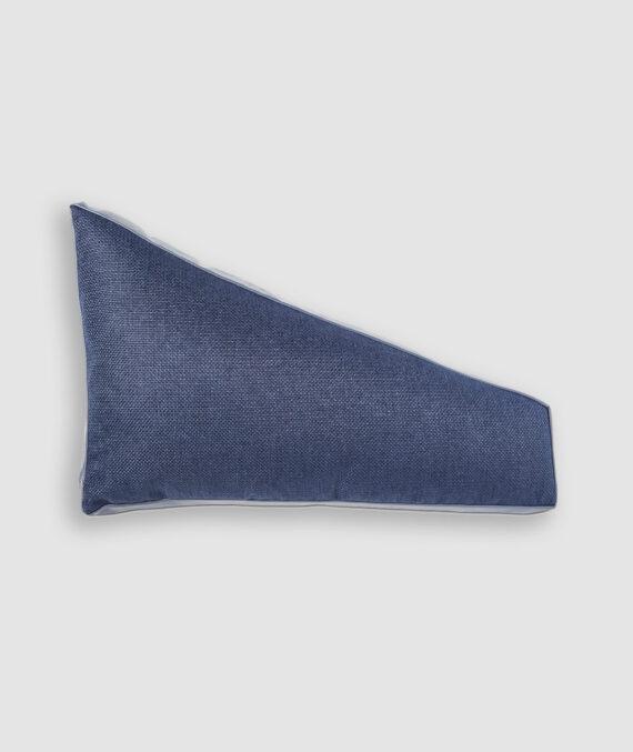Almofada da Coleção De Tempos em Tempos lançada pela Codex Home. Confeccionada manualmente em linho e couro na cor blue jeans. O preenchimento é feito em fibra siliconada. Possui zíper invisível.