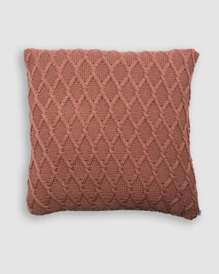 Confeccionada em tricô no ponto new channel na cor itapuã. O preenchimento é feito em fibra siliconada. Possui zíper invisível.