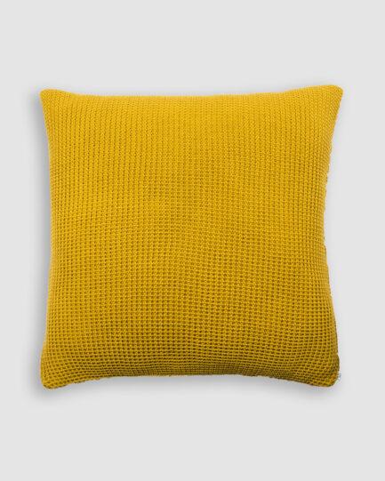 Confeccionada em tricô no ponto pop na cor flan. O preenchimento é feito em fibra siliconada. Possui zíper invisível.