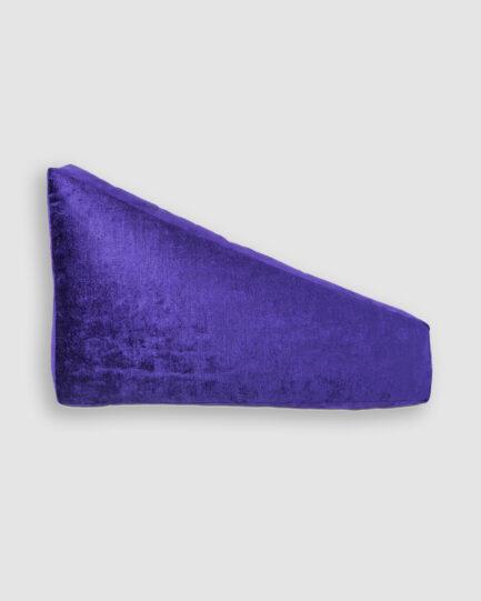 Almofada da Coleção De Tempos em Tempos lançada pela Codex Home. Confeccionada manualmente em veludo e camurça na violet. O preenchimento é feito em fibra siliconada. Possui zíper invisível.