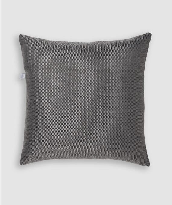 Confeccionada em BC na cor darkgrey. O preenchimento é feito em fibra siliconada. Possui zíper invisível.