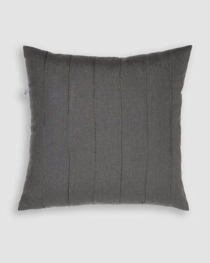 Confeccionada em linho na cor cinza. O preenchimento é feito em fibra siliconada. Possui zíper invisível.