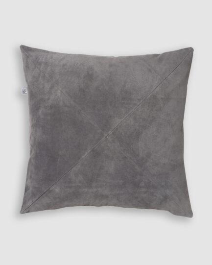 Confeccionada em camurça na cor cinza claro com detalhe de costura em X. O preenchimento é feito em fibra siliconada. Possui zíper invisível.