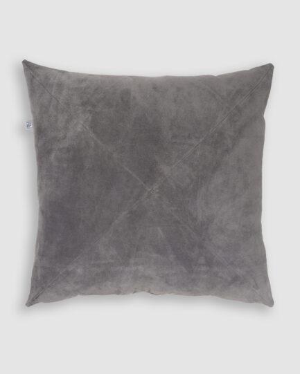 Confeccionada em camurça na cor cinza escuro com detalhe de costura em X. O preenchimento é feito em fibra siliconada. Possui zíper invisível.