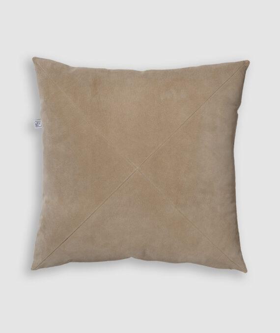 Confeccionada em camurça na cor ninive com detalhe de costura em X. O preenchimento é feito em fibra siliconada. Possui zíper invisível.