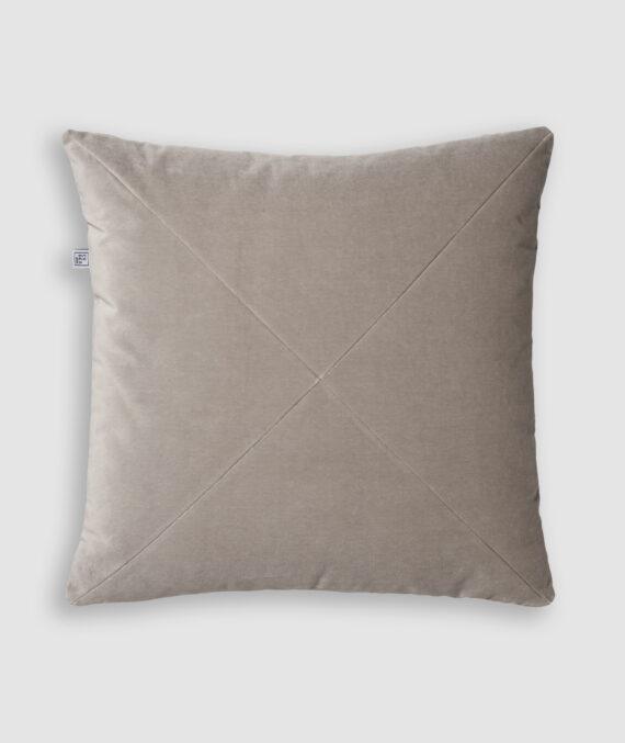 Confeccionada em camurça na cor steal com detalhe de costura em X. O preenchimento é feito em fibra siliconada. Possui zíper invisível.