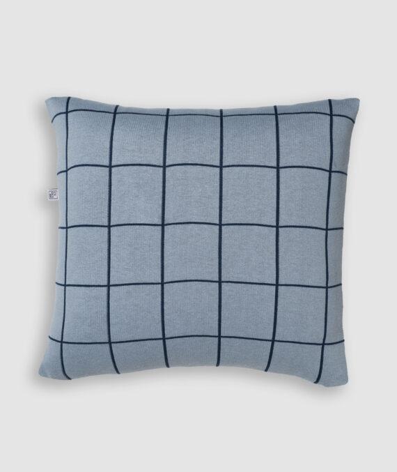 Confeccionada em tricô na cores asturias e blue star. O preenchimento é feito em fibra siliconada. Possui zíper invisível.