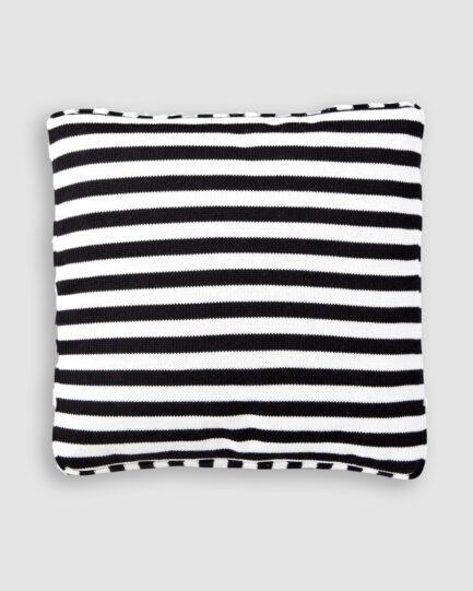 Almofada da Coleção De Tempos em Tempos lançada pela Codex Home. Confeccionada manualmente em algodão na preto e branco. O preenchimento é feito em fibra siliconada. Possui zíper invisível.