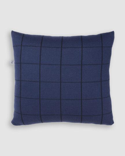 Confeccionada em tricô na cores azulineo e preto. O preenchimento é feito em fibra siliconada. Possui zíper invisível.