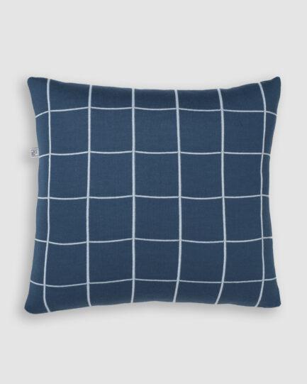 Confeccionada em tricô na cores blue star e asturias. O preenchimento é feito em fibra siliconada. Possui zíper invisível.