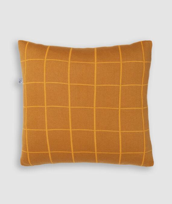 Confeccionada em tricô na cores leme e resina. O preenchimento é feito em fibra siliconada. Possui zíper invisível.
