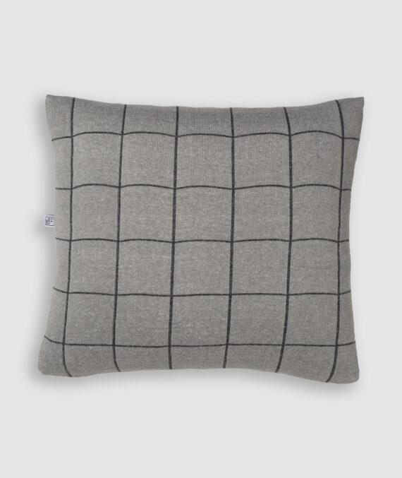 Confeccionada em tricô na cores m gris e millenium. O preenchimento é feito em fibra siliconada. Possui zíper invisível.