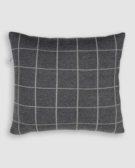 Confeccionada em tricô na cores millenium e m gris. O preenchimento é feito em fibra siliconada. Possui zíper invisível.
