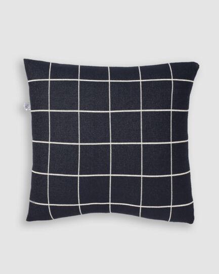 Confeccionada em tricô na cores profundo e nuvem. O preenchimento é feito em fibra siliconada. Possui zíper invisível.