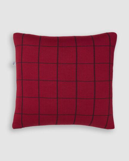 Confeccionada em tricô na cores red night e vino. O preenchimento é feito em fibra siliconada. Possui zíper invisível.