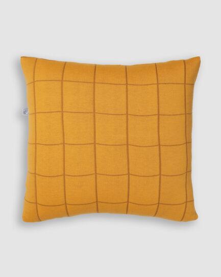 Confeccionada em tricô na cores Resina e Leme. O preenchimento é feito em fibra siliconada. Possui zíper invisível.