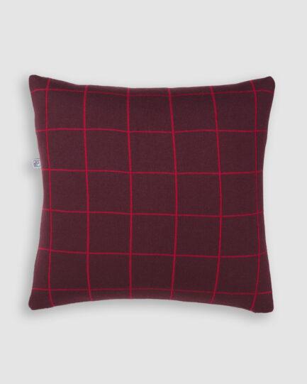Confeccionada em tricô na cores vino e red night. O preenchimento é feito em fibra siliconada. Possui zíper invisível.