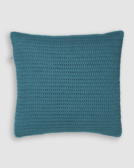 Confeccionada em tricô no ponto colmeia na cor azul frança. O preenchimento é feito em fibra siliconada. Possui zíper invisível.