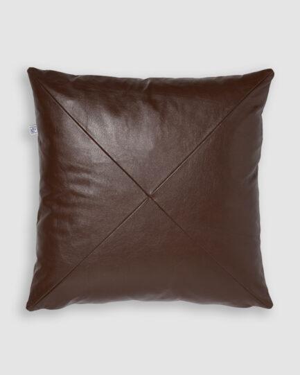 Confeccionada em couro na cor pinhão. O preenchimento é feito em fibra siliconada. Possui zíper invisível.
