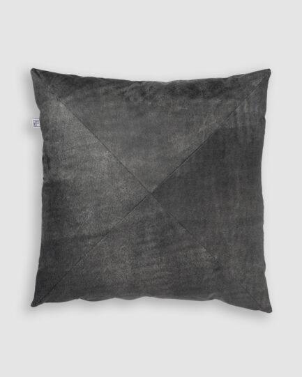 Confeccionada em couro na cor ranger grey. O preenchimento é feito em fibra siliconada. Possui zíper invisível.