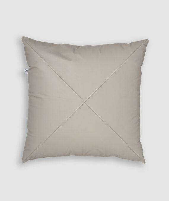 Confeccionada em couro com detalhe em X na cor off white. O preenchimento é feito em fibra siliconada. Possui zíper invisível.