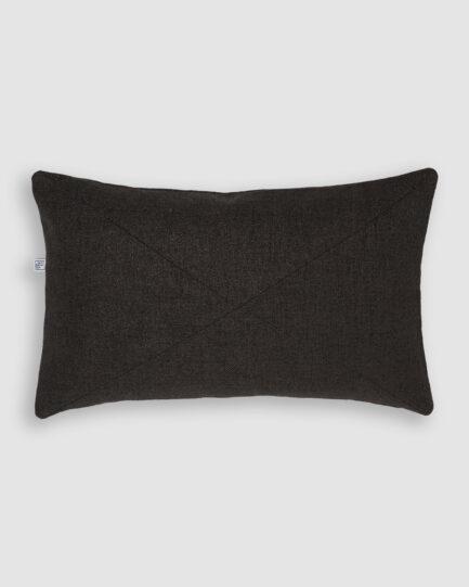 Confeccionada em tecido tailândia. O preenchimento é feito em fibra siliconada. Possui zíper invisível.