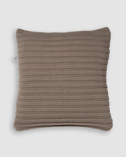 Confeccionada em tricô no ponto gomos na cor ninive. O preenchimento é feito em fibra siliconada. Possui zíper invisível.