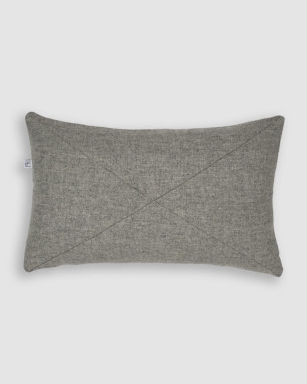 Confeccionada em lã na cor cinza. O preenchimento é feito em fibra siliconada. Possui zíper invisível.